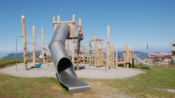 Spielplatz aus Holz und eine Rutschbahn